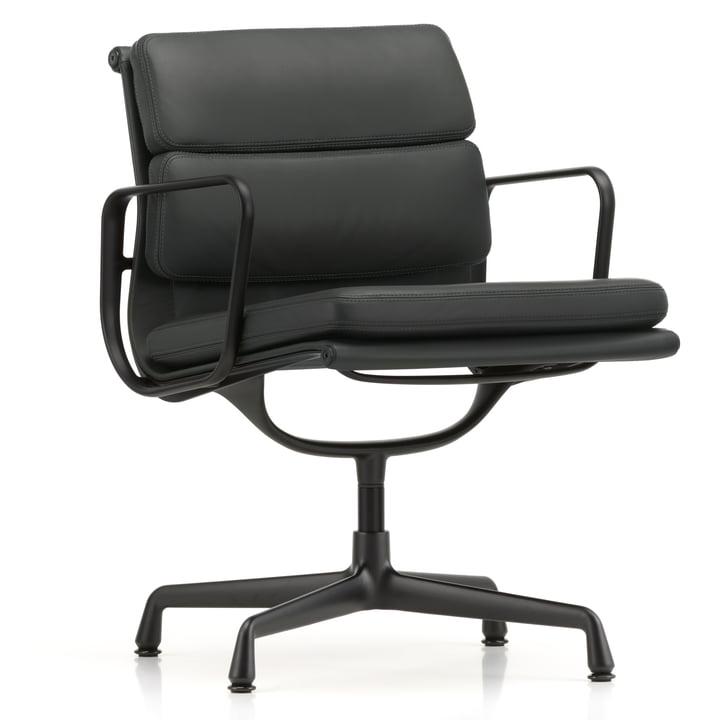 EA 208 Soft Pad Chair Fauteuil en aluminium laqué noir foncé avec accoudoirs pivotants par Vitra en cuir noir premium.