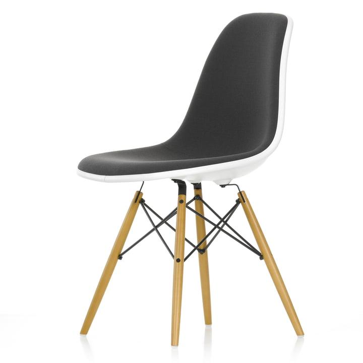 Chaise d'appoint en plastique Eames DSW (H 43 cm) par Vitra en érable jaunâtre / blanc, rembourrage complet Hopsak gris foncé (05), feutre planeur blanc