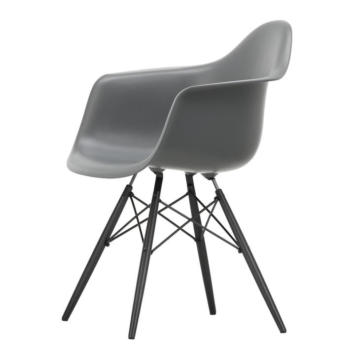 Fauteuil Eames en plastique DAW by Vitra en érable noir / gris granit