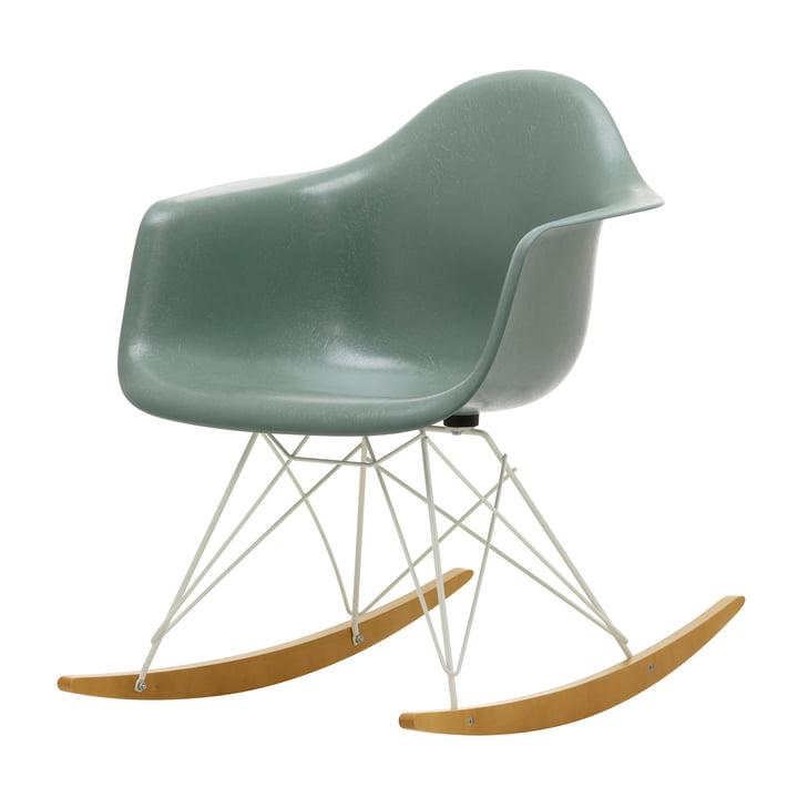 Eames Fiberglass Armchair RAR de Vitra dans érable jaunâtre / blanc / vert mousse de mer Eames