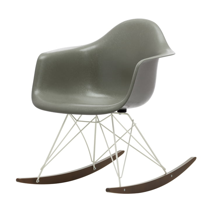 Eames Fiberglass Armchair RAR de Vitra in in dark maple / white / Eames raw umber