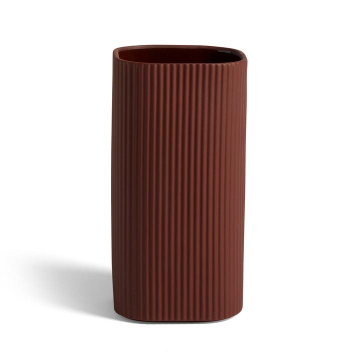 Vase de Facade H 22 cm, terre cuite foncée par Hay .