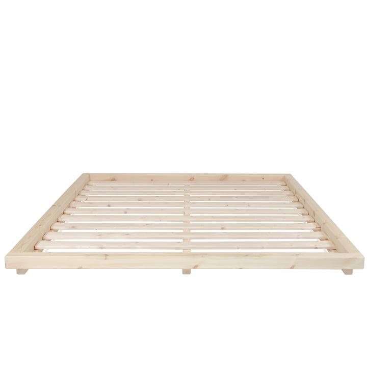 Le cadre de lit Dock avec sommier à lattes, 160 x 200 cm, en pin verni clair de Karup Design