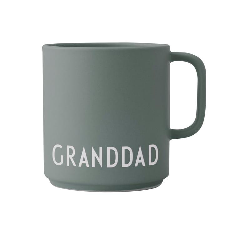 Le mug en porcelaine avec poignée AJ Favourite par Design Letters , Granddad / dusty green