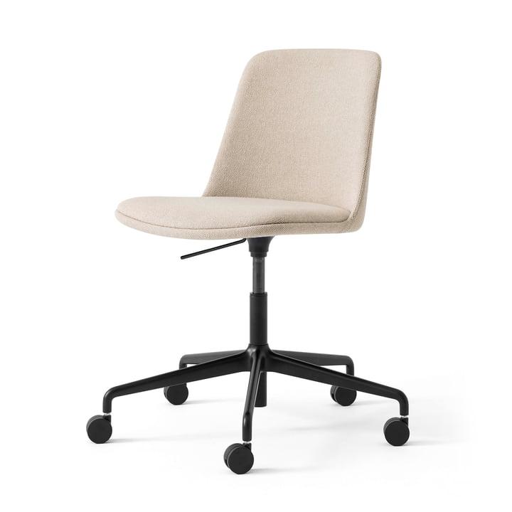 Le fauteuil pivotant Rely HW31 de & Tradition, sable / noir