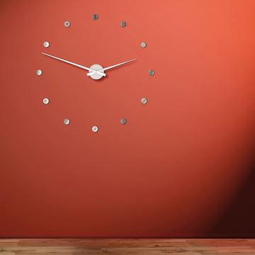 L'Horloge murale Flexible sur un fond rouge