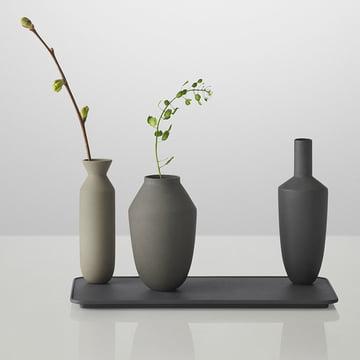 Muuto - Balance Vase (ensemble de 3 vases), noir avec avec des fleurs