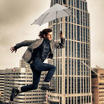 Senz - Collection 2014, homme qui saute avec parapluie