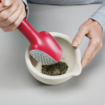Un pilon pratique pour les herbes aromatiques et les épices
