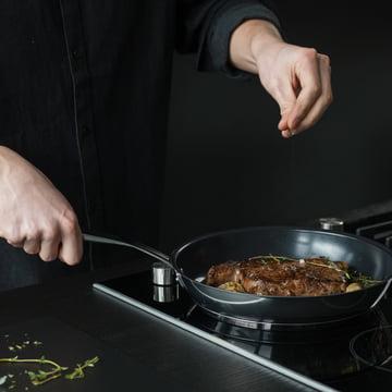 Cuisiner avec la poêle de la série All Steel