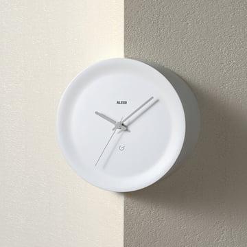 La forme de l'horloge murale est pure et sans décors
