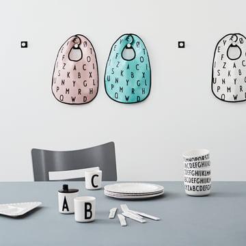 Vaisselle pour enfants et jouets portant l'alphabet