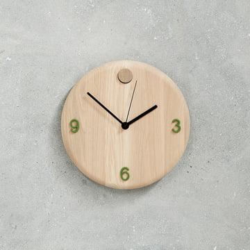 Horloge murale Wood Time d'Andersen Furniture avec des chiffres en vert