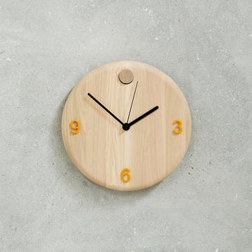 Horloge murale Wood Time d'Andersen Furniture avec des chiffres en orange
