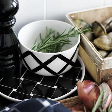 Bol Oiva Spaljé et assiette Oiva Basket dans une cuisine