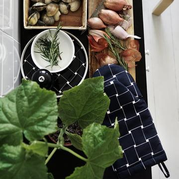 Le gant de cuisine Basket de Marimekko lors de la préparation d'un plat