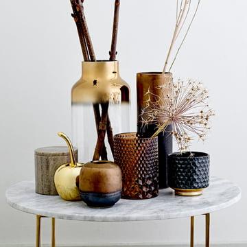 Porte-bougie, vase, cerise déco et boîte de rangement par Bloomingville sur une table d'appoint