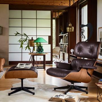 Vitra - Lounge Chair & Ottoman, poli / côtés noirs, merisier américain / chocolat (classique)