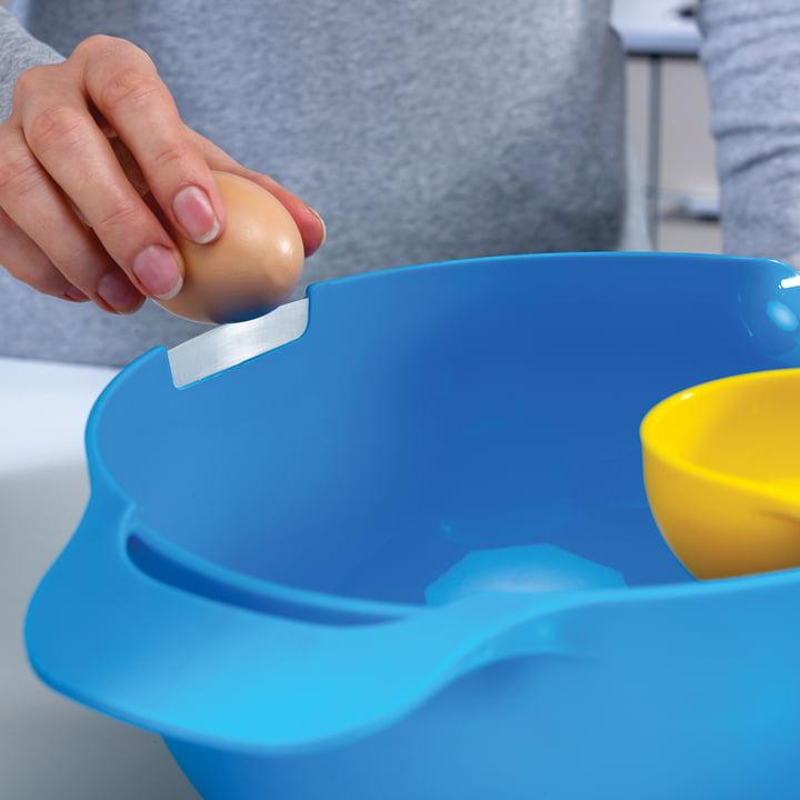 Joseph Joseph - NestMix, saladier bleu avec séparateur d'œuf, vue latérale