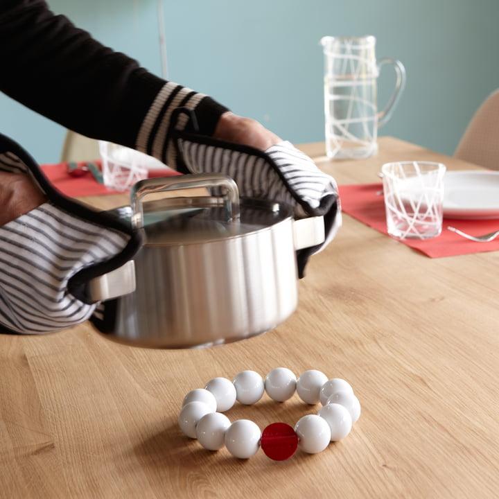 Perle est un dessous de plat de Konstantin Slawinski, qui protège votre table de la chaleur des casseroles, poêles et plats à gratins