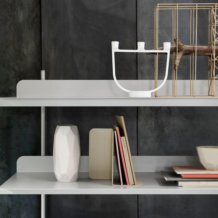 Système d'étagères Compile avec le chandelier Open