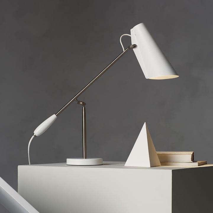 Northern Lighting - Lampe de table Birdy en blanc / métallique placée sur la desserte