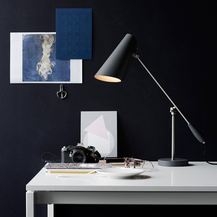 Northern Lighting - Lampe de table Birdy en gris / métallique placée sur la desserte