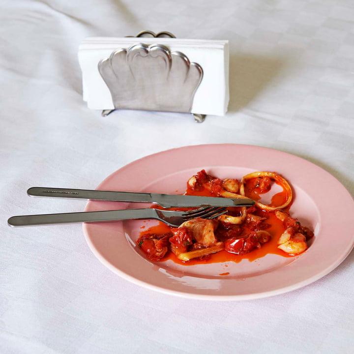 Hay - Assiettes Rainbow en light pink, vaisselle Everyday et porte-serviettes italien placés sur la table