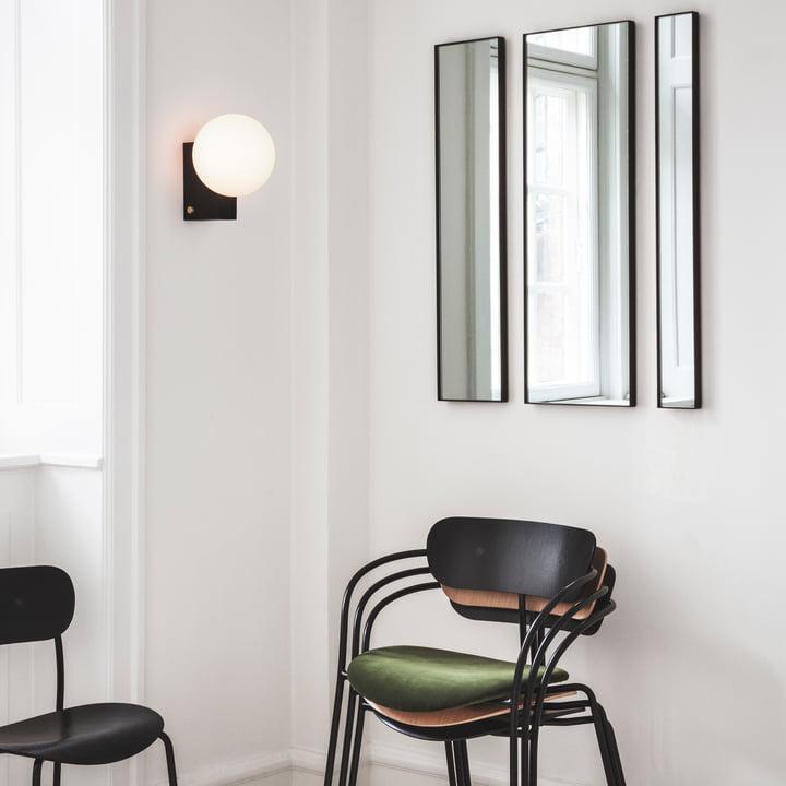 Miroir Amore, lampe de bureau et murale Journey, chaise à accoudoir Pavillon et chaise Pavillon par &Tradition