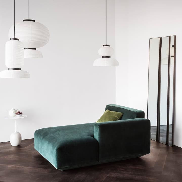Table d'appoint Lato, suspensions lumineuses Formakami, canapé Develius et miroir Amore par &Tradition
