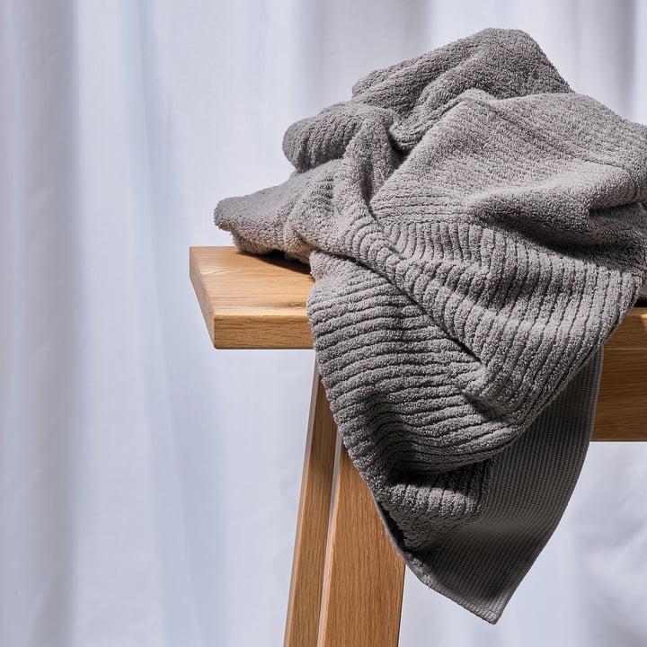 La serviette Classic de Zone Denmark, gris sur un banc en bois