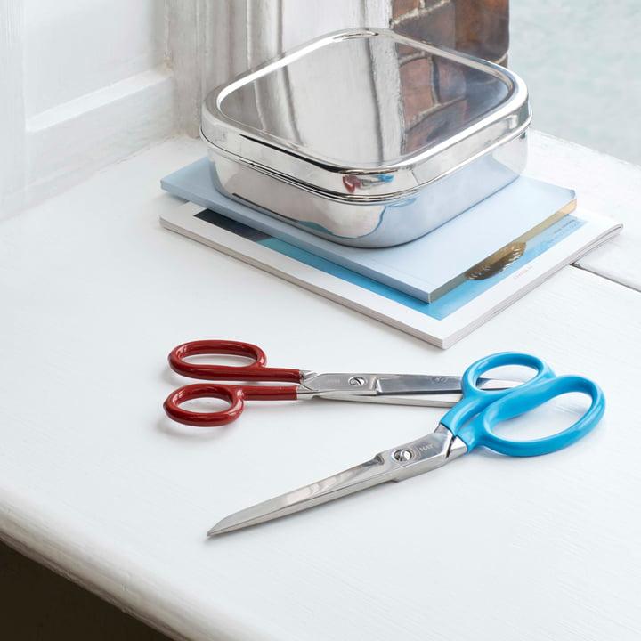 Les ciseaux Grip M, rouge / ciseaux Grip L, bleu de Hay sur le bureau
