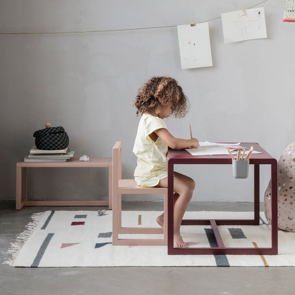 Petite chaise d'architecte, table et banc par ferm Living