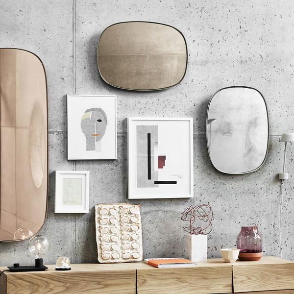 Miroirs encadrés sur le mur du salon