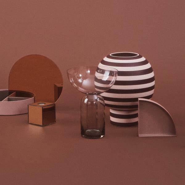 Vase design de forme sculpturale : Varia Vase Sculptural, Ø 18 x H 21 cm en rose / bordeaux avec d'autres objets de AYTM