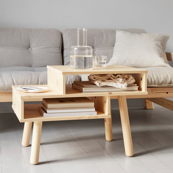 Table basse Hako en nature par Karup Design devant le canapé