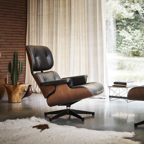 Le Lounge Chair avec ottoman de Vitra combine l'élégance avec le confort d'assise